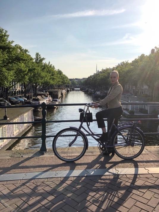 Agnes på cykel utomhus