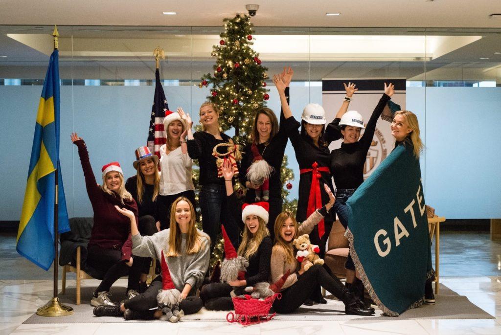 Gruppbild med julgran bakom