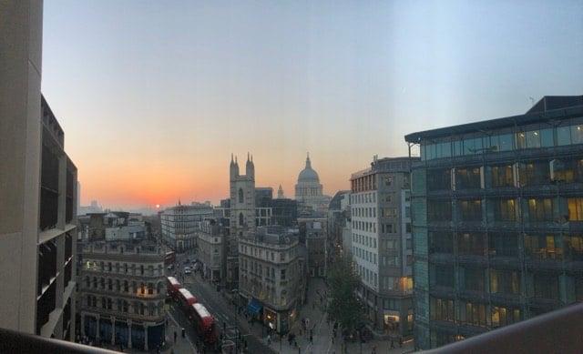 Stadsvy med solen lågt i horisonten