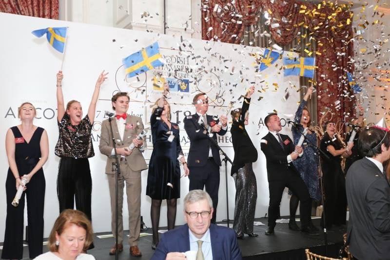 Ett gäng på scen firar med konfetti