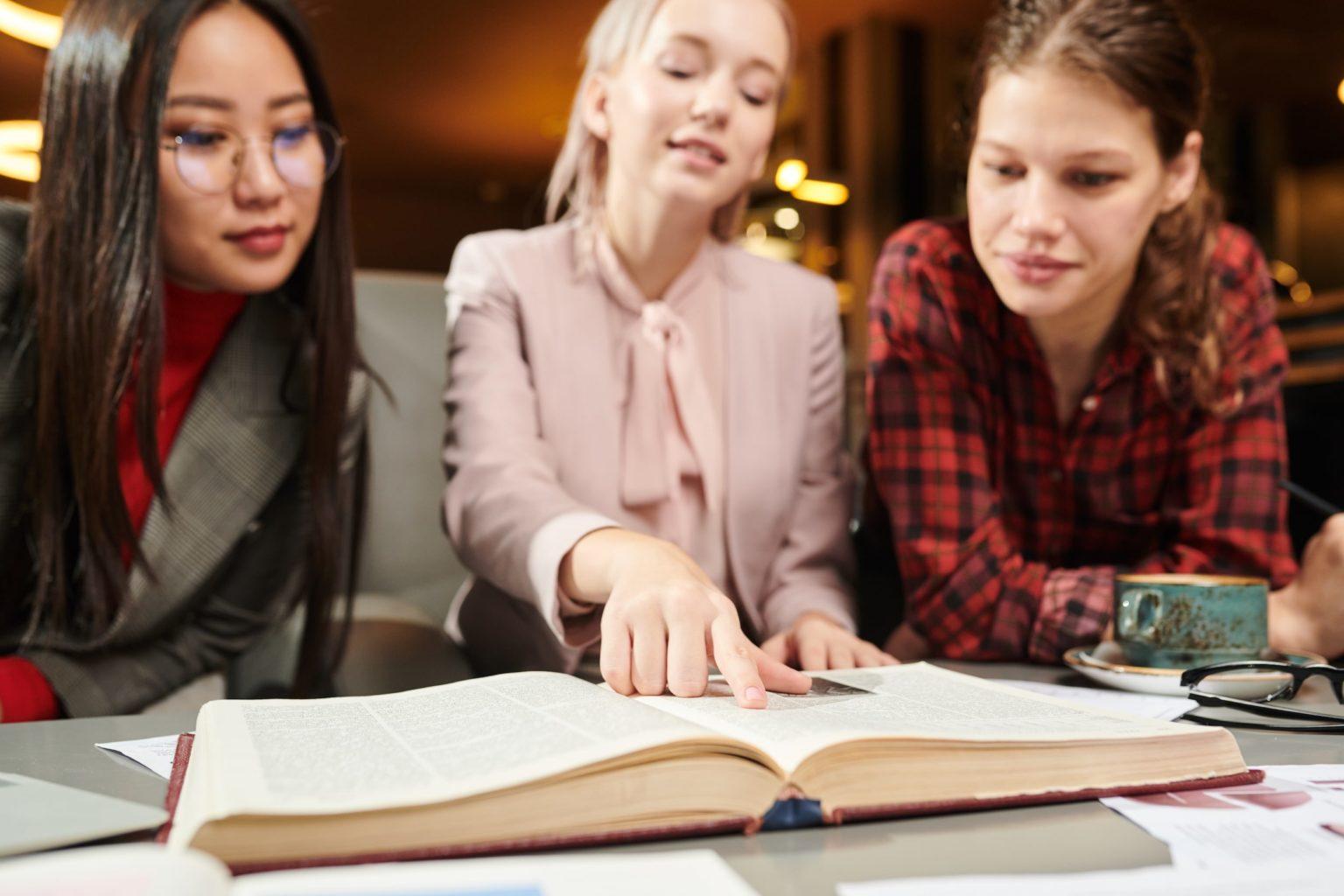 Studenter läser bok