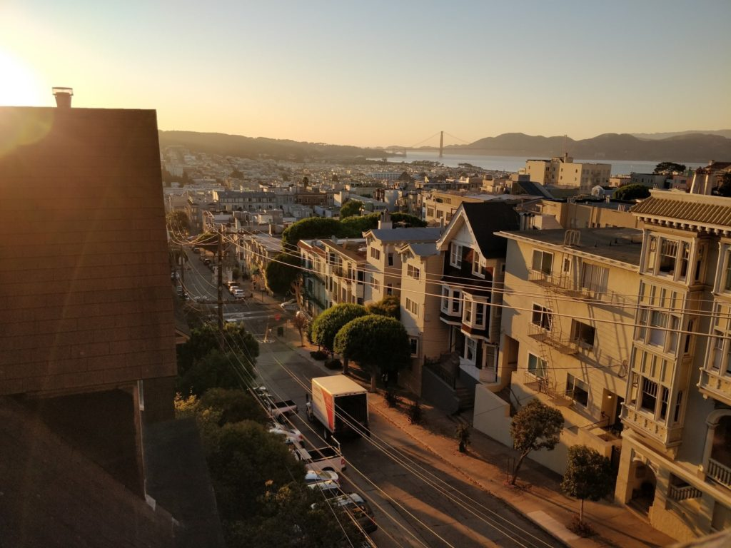 Utsikt från lägenhet över stadsvy