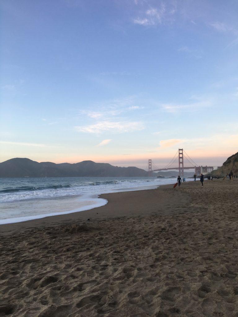 Strandbild med Golden Gate-bron i bakgrunden