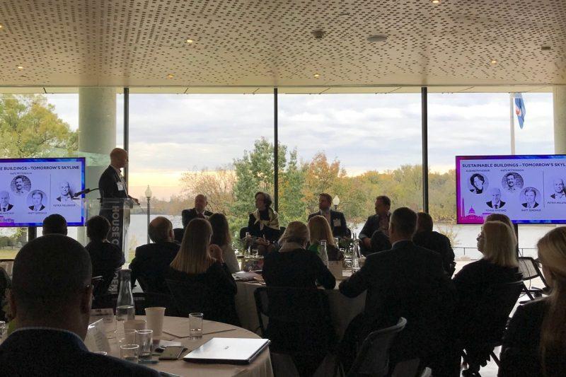 SACC Summit 2019, publik sitter i en sal och tittar på föreläsning. Föreläsaren har bilder på digitala skärmar